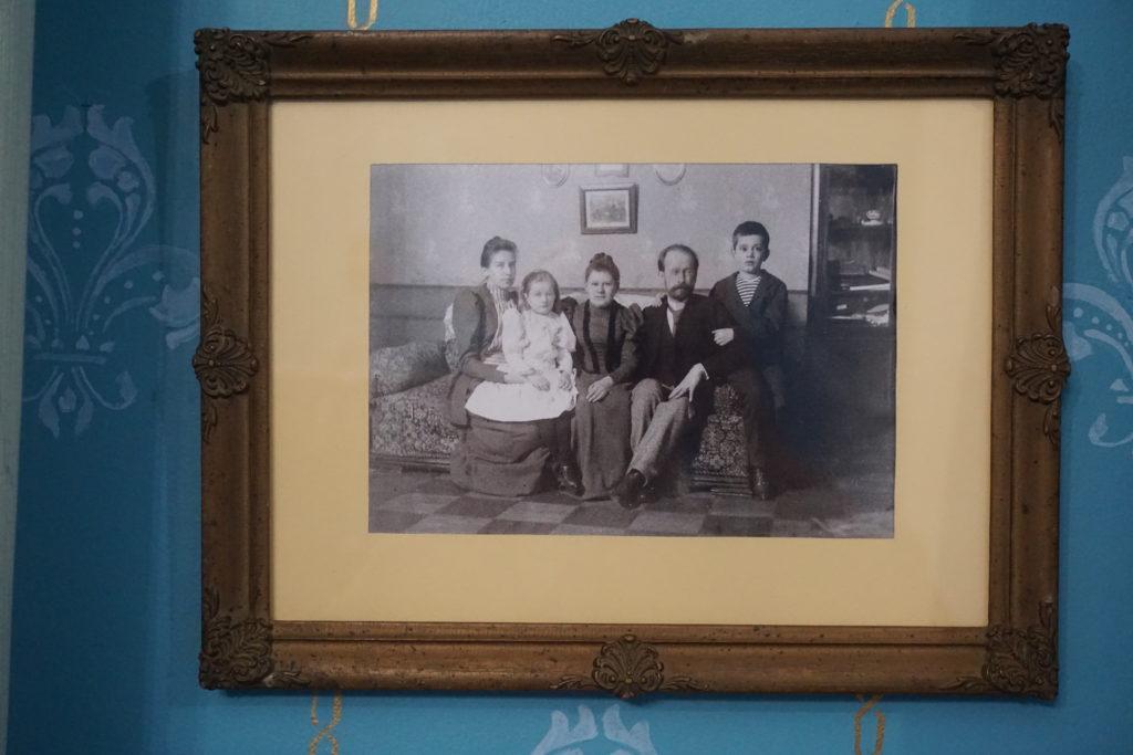 Юрий Петрович Большаков провел нам замечательную экскурсию. И, в числе прочего, обратил мое внимание на фото, висящее в голубой гостиной.